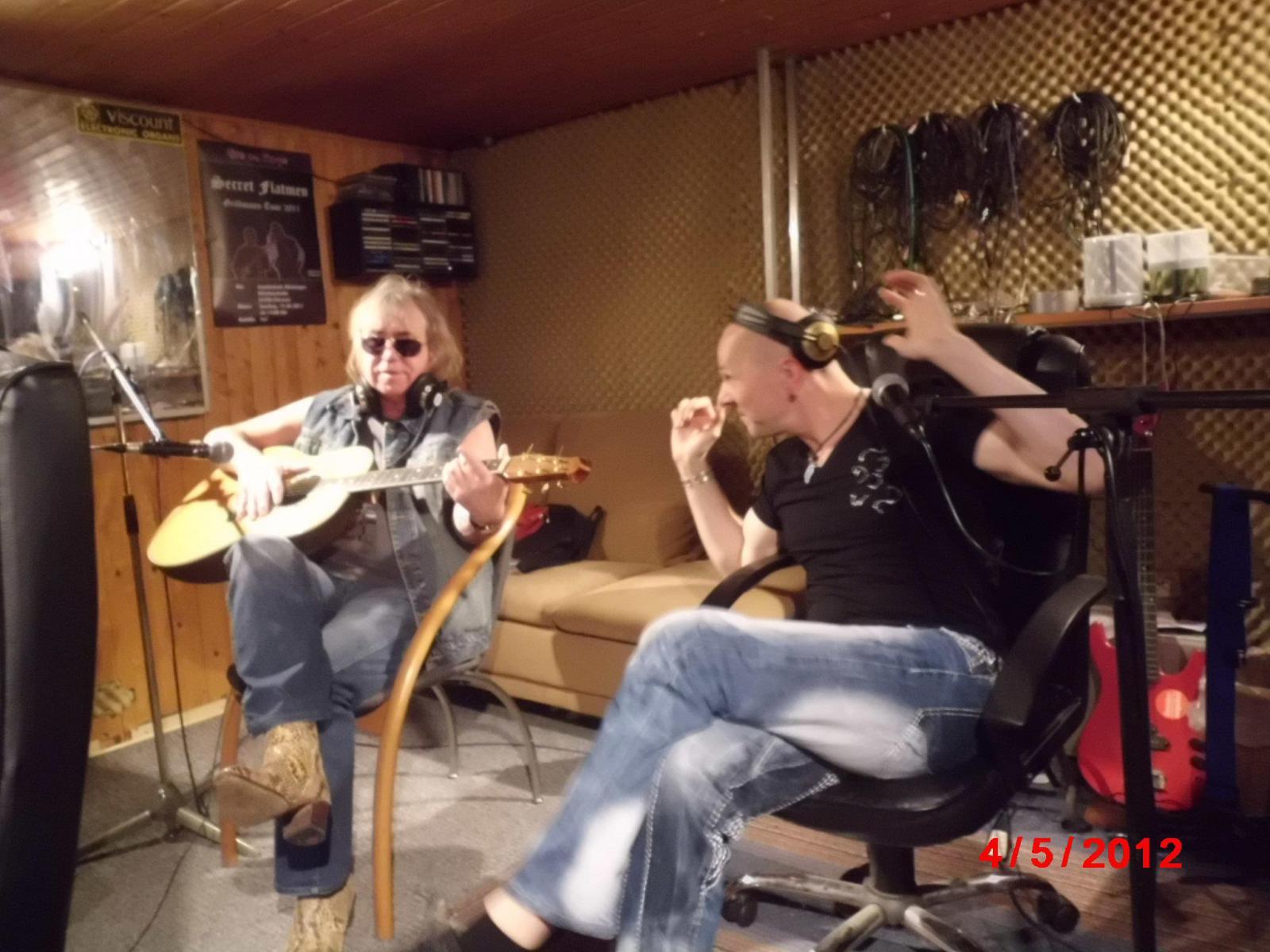 Jörg Dewald / JD Wood zusammen mit Alan Silson (Smokie) 2012 im Radio-Interview